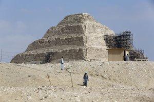 Archeológovia pri Stupňovitej pyramíde v Sakkáre.