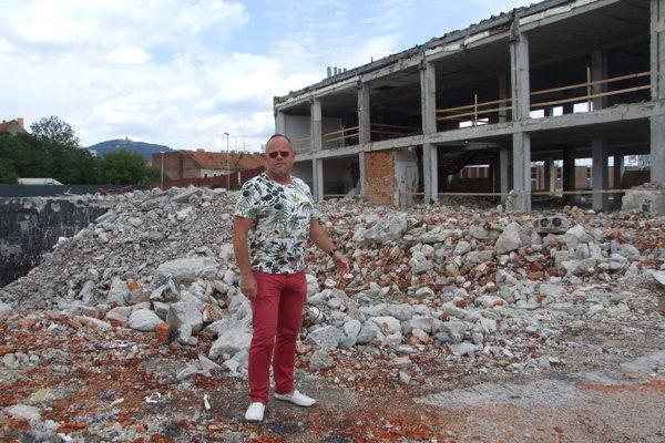 Jozef Bóňa pred skeletom Orbisu. V jame za ním bolo kedysi kino.