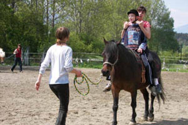 Deti zo špeciálnej školy v Žiline majú dvakrát do týždňa možnosť zajazdiť si na koni. Pomáha to riešiť niektoré ich problémy.