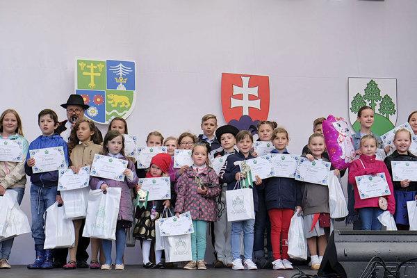 Účastníci speváckej súťaže pre deti.