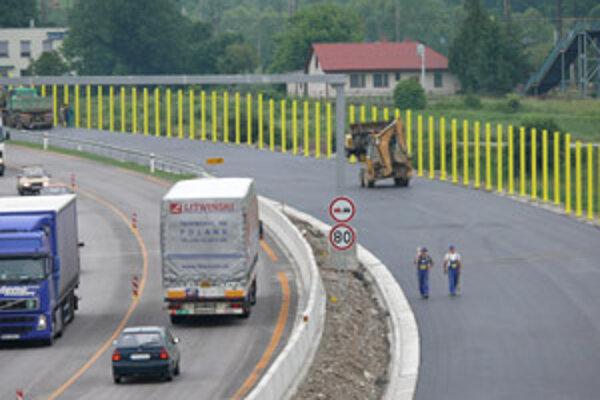 Diaľnica je v tesnej blízkosti obce. Na bariére, ktorá bude chrániť obyvateľov pred hlukom, sa intenzívne pracuje.
