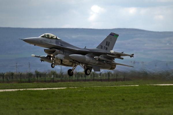 Na archívnej snímke z 10. apríla 2014 je americký stící stroj F-16, ktorý štartuje z ruminskej základne Campia Turzii. Slovenská vláda schválila 11. júla 2018 nákup 14 strojov F-16 V Block 70/72.