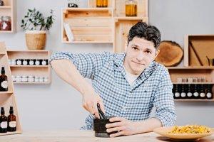 Brat Peter zvláda všetky náležitosti okolo výroby jednotlivých produktov.