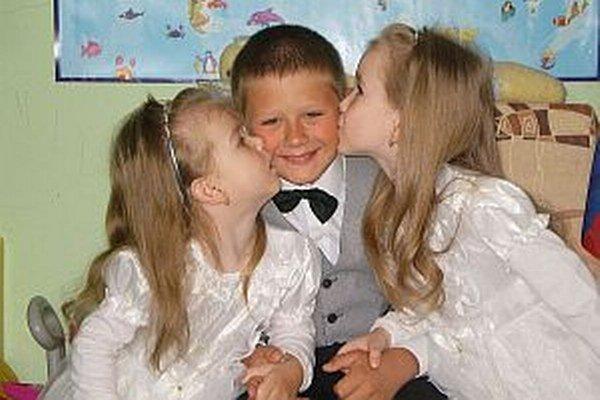 Súrodenci. Zľava Lea, Jakub a Ema. Jedno z dvojčiat má odmalička vážne zdravotné problémy, s ktorými statočne bojuje.
