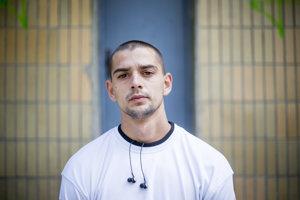 Rudo Danihel (26) žije v Holíči. Ako raper vystupuje pod prezývkou Čavalenky. S Michalom Malíkom má ešte skupinu Romano Rat.