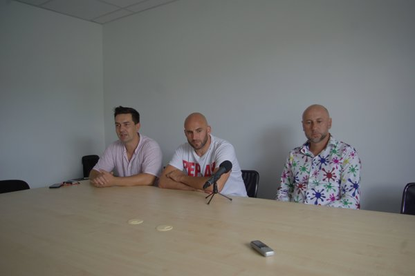 Zľava: Martin Baláž, Miroslav Poliačik (športový riaditeľ Pohronia) a Rastislav Urgela (jeden z dvojice trénerov) počas tlačovej konferencie pred štartom II. ligy.