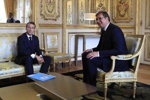 Macron po stretnutí so srbským prezidentom Aleksandarom Vučičom.