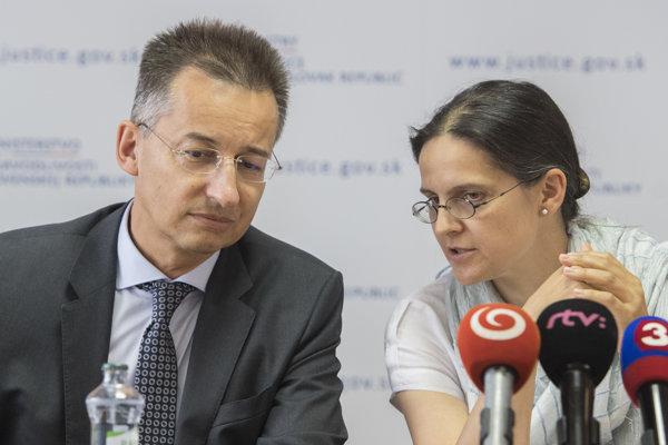 Zľava predseda Európskej komisie pre efektívnu justíciu (CEPEJ) Georg Stawa a štátna tajomníčka ministerstva spravodlivosti SR Mária Kolíková počas tlačovej konferencie v Bratislave.