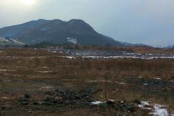 Na skládke je 3,7 miliónov metrov kubických odpadu. Vzadu je Šíp.