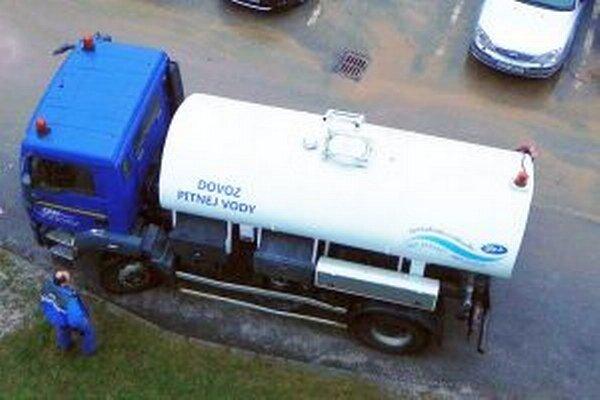 Oravská vodárenská spoločnosť zabezpečuje pri poruchách vodovodu náhradný zdroj pitnej vody.