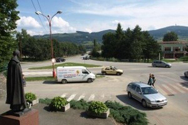 Hlavná križovatka v Námestove dáva vodičom zabrať. Po rekonštrukcii sa zmení na kruhovú.