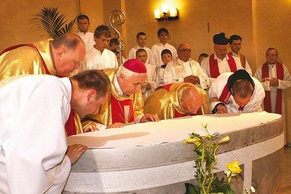 Michal Tondra (pri obetnom stole druhý zľava) so spolubratmi kňazmi.