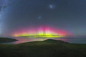 Aurora blízko Christchurch na Novom Zélande.