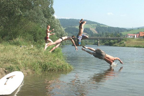 Kúpanie v rieke Orava.