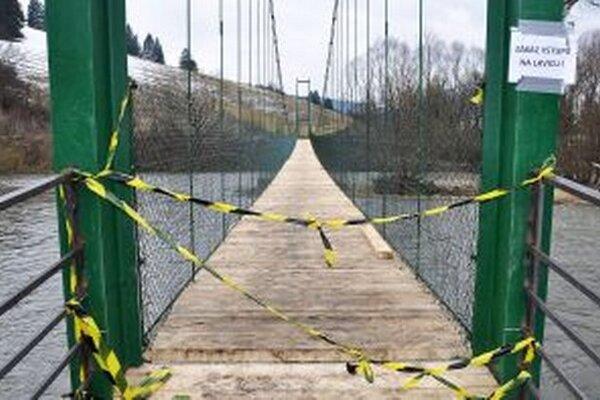 Napriek zákazu vstupu počas slnečného víkendu cez most prešli stovky zvedavcov.