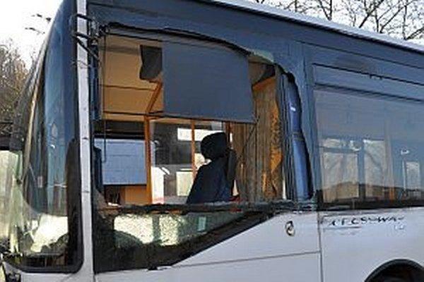 Poškodený autobus. Na vodiča sa vysypali črepy z bočného skla.