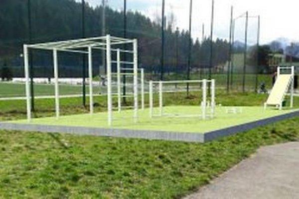 Workout park by mal stáť pri veľkom futbalovom ihrisku s umelou trávou.