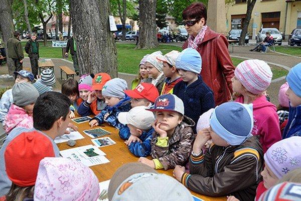 Na stanovištiach sa deti dozvedali o dôležitosti lesa.