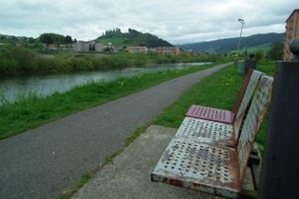 Kovové lavičky pri hrádzi sa vpraxi neosvedčili.