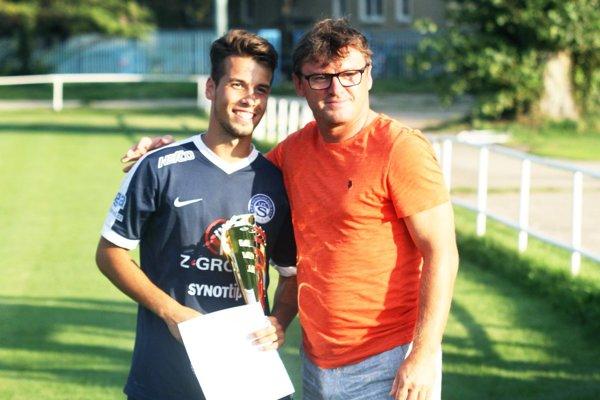 Víťazný pohár z rúk Ľubomíra Moravčíka prevzal kapitán 1. FC Slovácko.