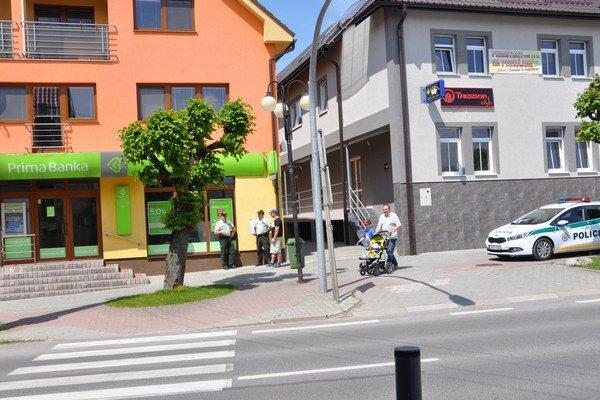 Hliadka ostala pred pobočkou banky v Trstenej aj po kontrole priestorov.