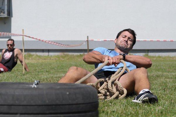 Muži museli v jednej disciplíne ťahať pneumatiku na vzdialenosť 30 m.