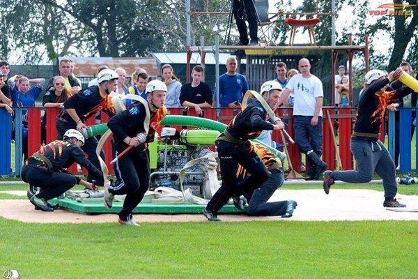 Trofej medzi mužmi obhajujú hasiči zo Suchej Hory.