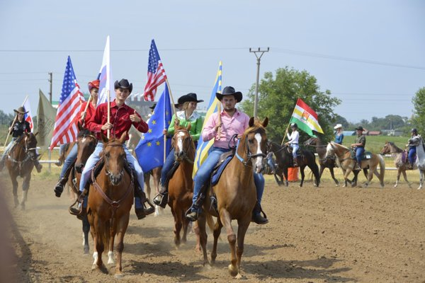 Slávnostný nástup jazdcov a koní na pretekoch na Mácsik farme.