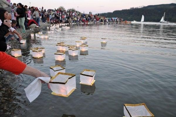 Noci lampiónov sa zúčastnilo viac ako tisíc ľudí.