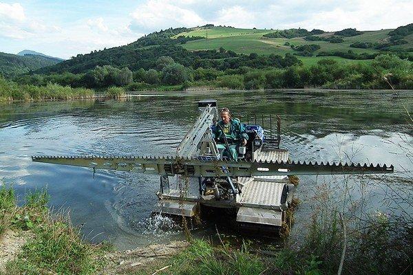 Daniel Španielka dokáže za deň pokosiť hektár vodnej plochy.