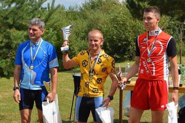 Marek Voška (v strede) musel o víťazstvo tvrdo bojovať do posledných metrov.