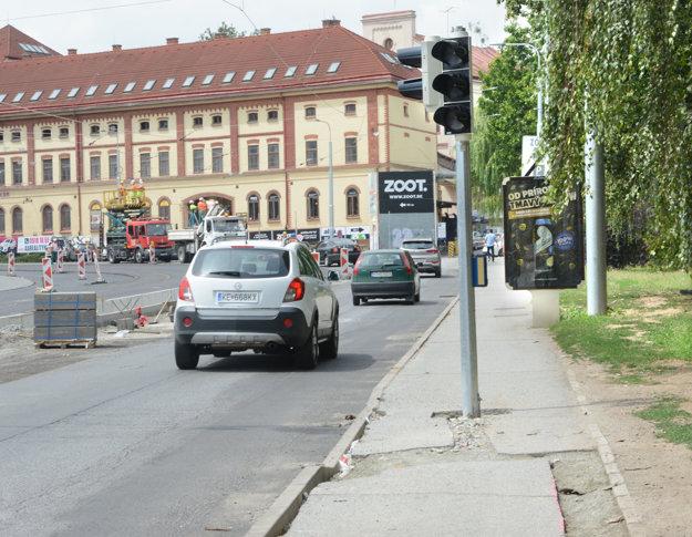 Semafor kraľoval chodníku, chodci mali na výber cestu alebo trávnik.