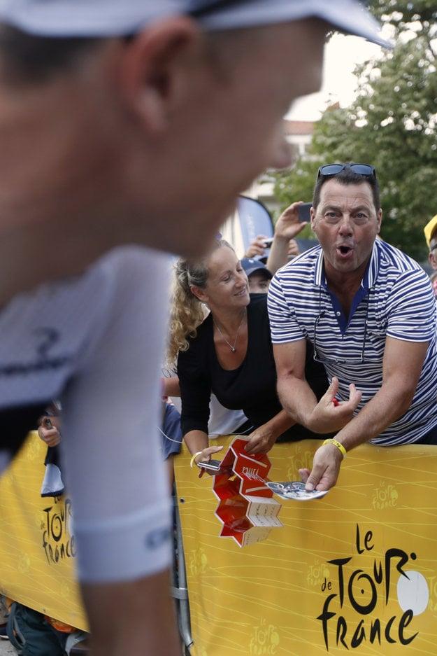 Fanúšik ukázal Chrisovi Froomovi gesto, ako si vpichuje injekciu do ruky.