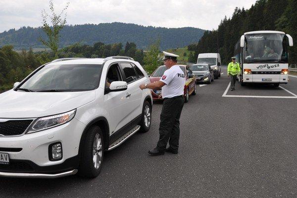 Polícia odkláňa dopravu na obchádzkové trasy.
