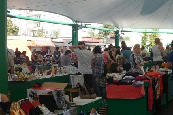 Blší trh pritiahol na tržnicu veľa Novozámčanov.