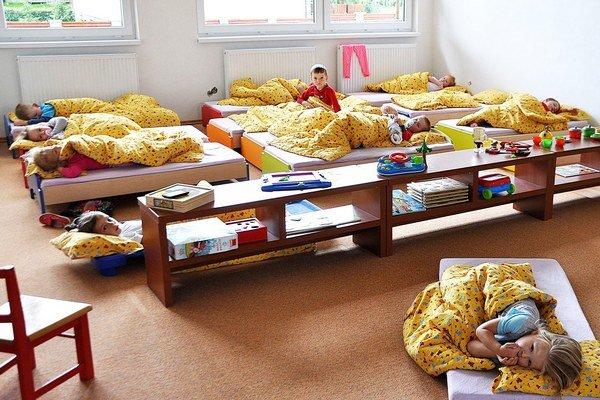 Deti už využívajú nové priestory v prístavbe materskej školy.