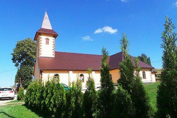 Hoci zvonku vyzerá kostol ako hotový, vnútri ešte je čo robiť.