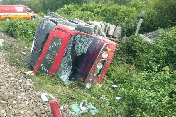 Vodiča nákladného auta museli vyslobodzzovať hasiči.