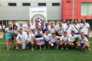 Slovenský realizačný tím afutbalisti na majstrovstvách vMoldavsku. Patrik Gerčák vdolnom rade vľavo na kraji.