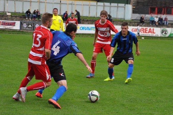 Dolnokubínski futbalisti (v modro-čiernych dresoch) si zahrajú proti Trenčínu.