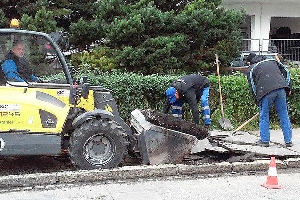 Oprava chodníka pred obchodnou akadémiou.