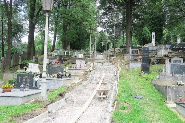Oprava chodníka na Historickom cintoríne v Dolnom Kubíne.