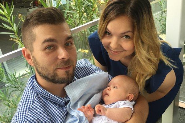 Mladí rodičia s malou Klárkou.