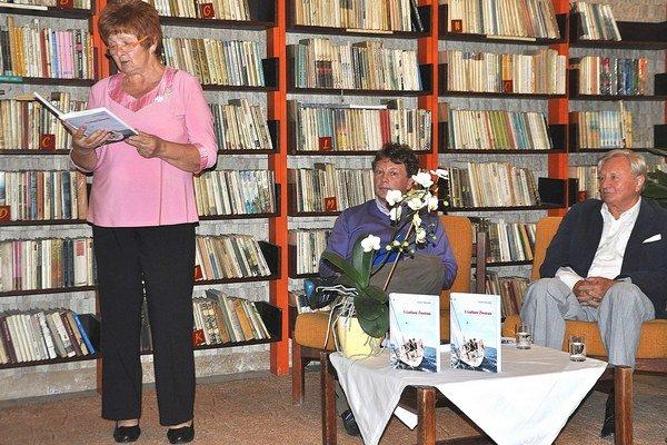 Vendelín Ťažandlák (vpravo) počas predstavenia knihy v námestovskom Dome kultúry.