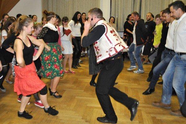 Alfréd Lincke (v strede) učil tance z Čierneho Balogu.
