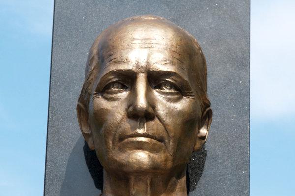 Andrej Hlinka má v Ružinove pamätník v parku pomenovanom po ňom. Autorom je architekt Stanislav Májek, autorom busty je sochár Teodor Baník.