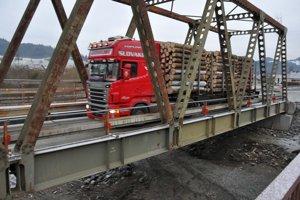 Most využívajú aj ťažké kamióny so slovenským drevom, ktoré smerujú do Poľska.