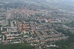 Pohľad na Sídlisko II (v popredí) a mesto Prešov z vtáčej perspektívy.