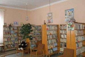 Knižnica v Gelnici. V knižničnom fonde sa nachádza zhruba 20-tisíc tisíc zväzkov.