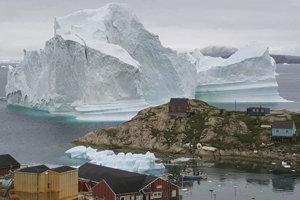 Pohľad na ľadovec pri grónskej dedine Innaarsuit. Ľad siaha do výšky sto metrov nad hladinu vody.